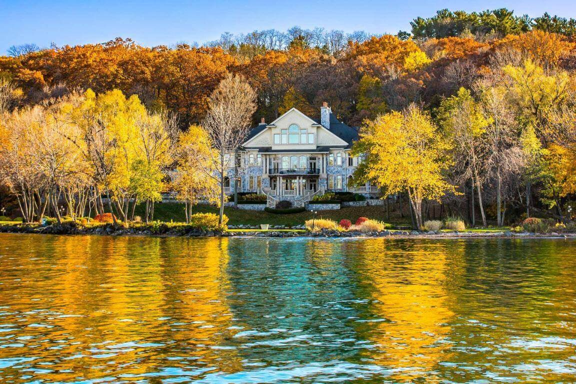 Beautiful houses 73 extravagant properties around the globe for Lakeside home